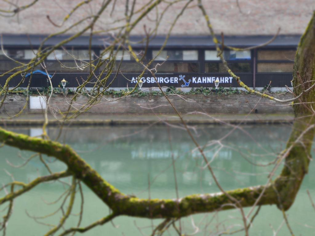 Brecht in Augsburg Kahnfahrt