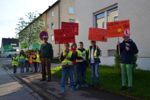 Gruppenfoto Aktion Schilder verpixelt